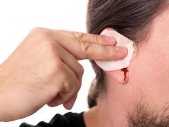 если из уха идет кровь