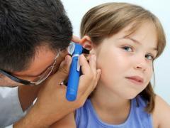 сильная боль в ухе у ребенка
