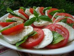 салат с моцареллой и шалфеем