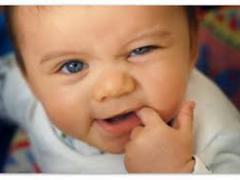 что делать у ребенка прорезываются первые зубы