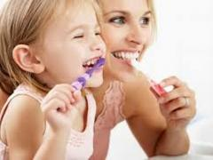 чистить зубы, уход за полостью тра