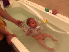 Купание ребенка в большой ванне