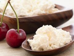 Калорийность творога зависит от содержания белков, жиров и углеводов