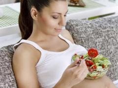 Беременным нужно следить за своим питанием