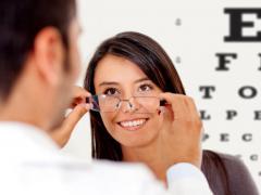 Врач на осмотре показывает пациенту наличие заболевания