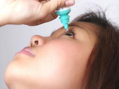 Пациенту назначают противовоспалительные мази и капли для глаз