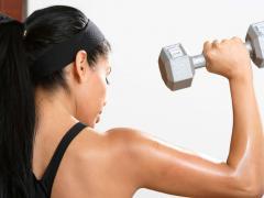 Бицепс развивается с помощью упражнений с гантелями