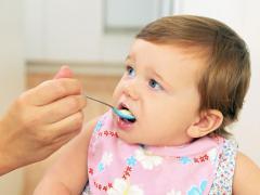 С серебряной ложки ребенку дают первый прикорм