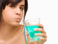 Полоскание зубов помогает временно избавиться от зубной боли