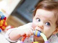 Появление первых зубов у ребенка может быть болезненным