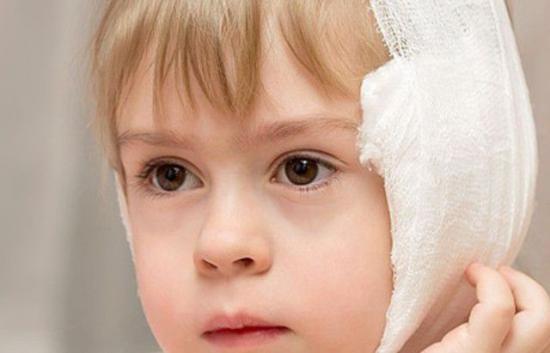 Что делать, если у ребенка болит ухо? Первая помощь