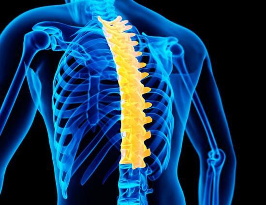 причины боли между грудями - поражение позвоночника