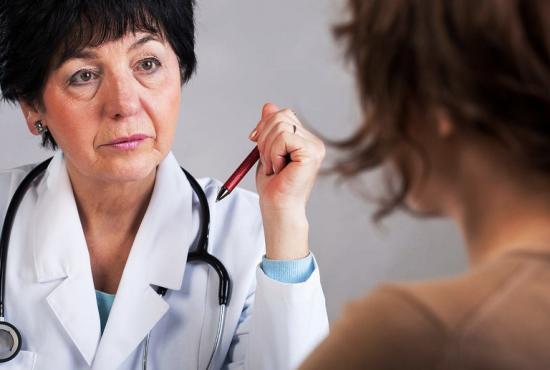 при боли между грудями следует обратиться к доктору