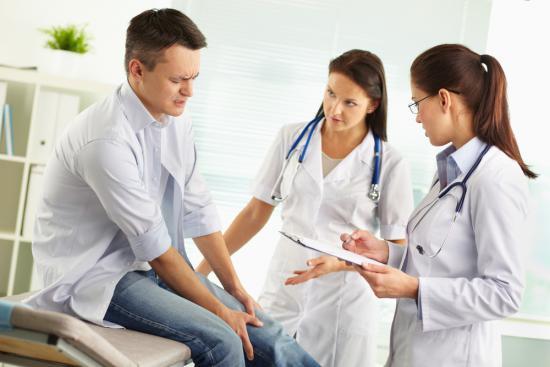 При подозрении на артрит нужно обратиться к терапевту