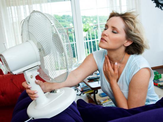 Первыми признаками менопаузы связаны с периодическими приливами