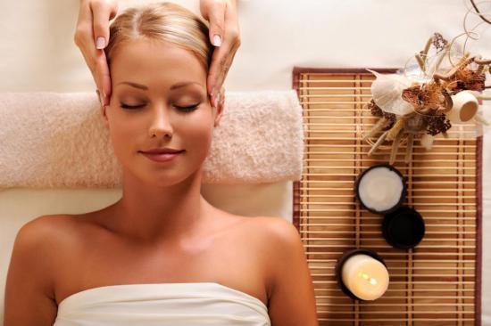 Для профилактики выпадения волос рекомендован массаж кожи головы