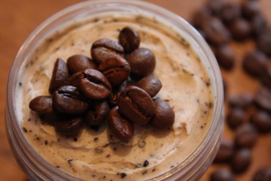 Молотый кофе используется в качестве скраба для лица