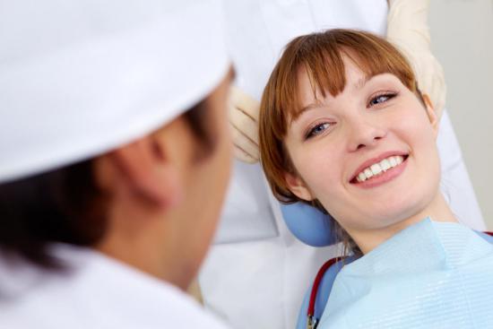 Отбеливание зубов проводится в стоматологических клиниках