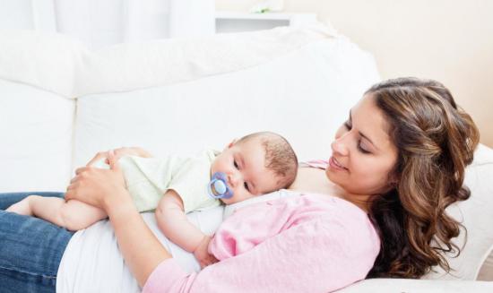 Ребенок может заглатывать воздух при грудном вскармливании