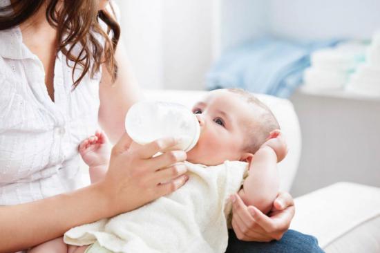 Отсутствие молока вынуждает маму кормить ребенка смесями