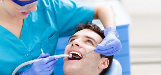 Стоматолог назначает лечение при проблемах с деснами