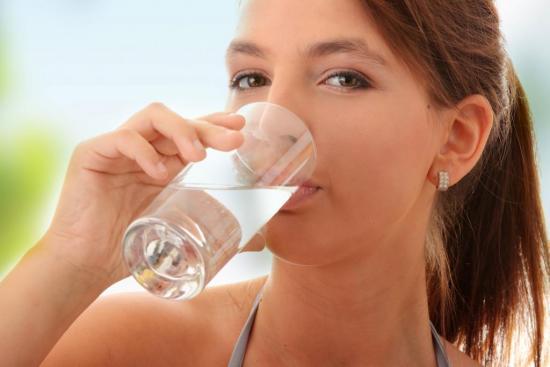 При отравлении нужно пить достаточное количество воды