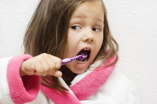 При появлении первых зубов могут быть патологии